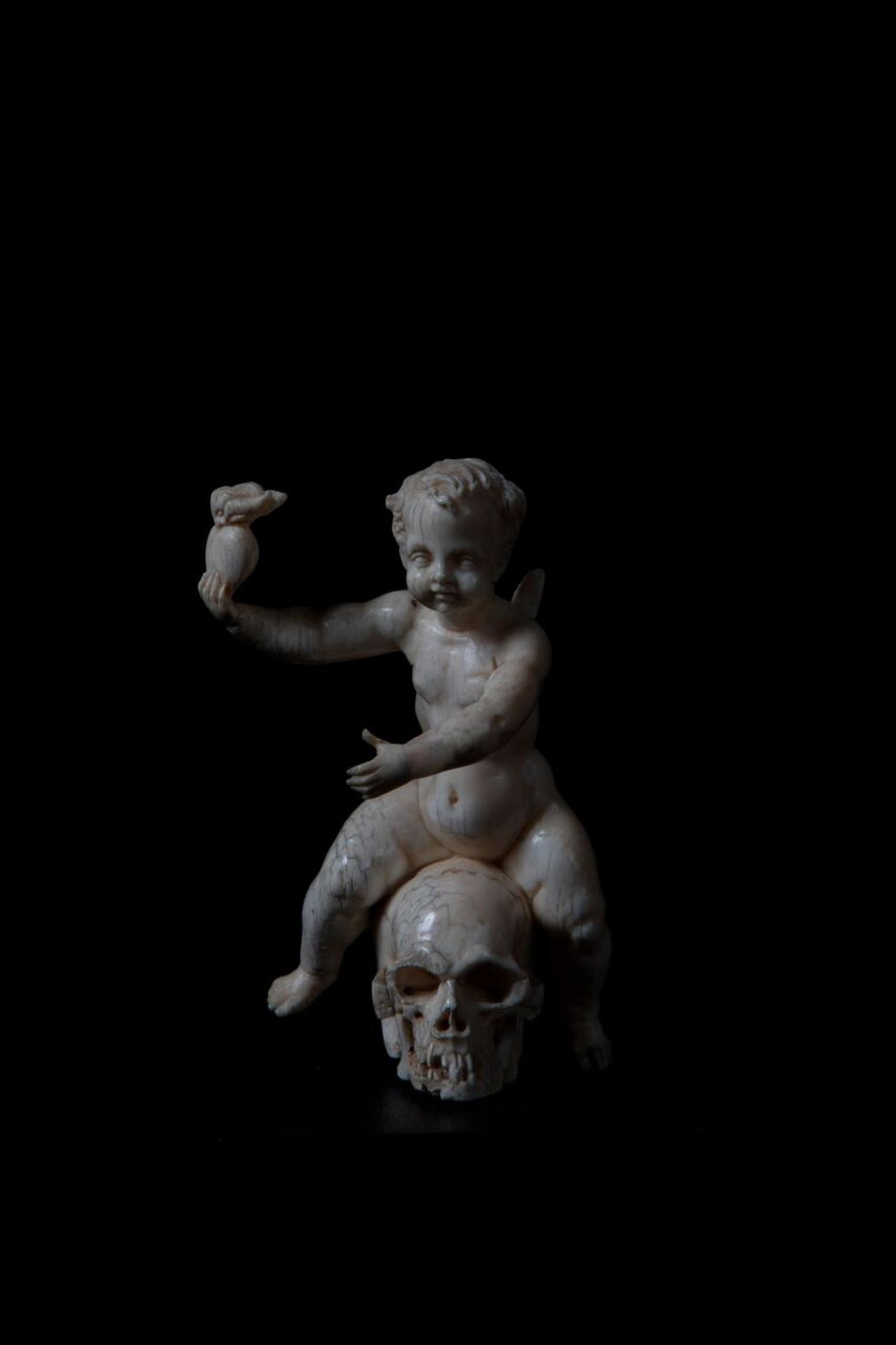 Eros assis sur un crâne, France, XVIIIe siècle ? Ivoire, bois noirci (socle) H. 9 ; l. 6,5 ; L. 5,5 cm Legs baronne Henri de Rothschild, 1926 Musée des Arts décoratifs, Paris © Felipe Ribon