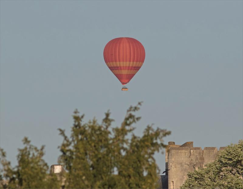 ballon montgolfière rouge donjon fenêtre 160419