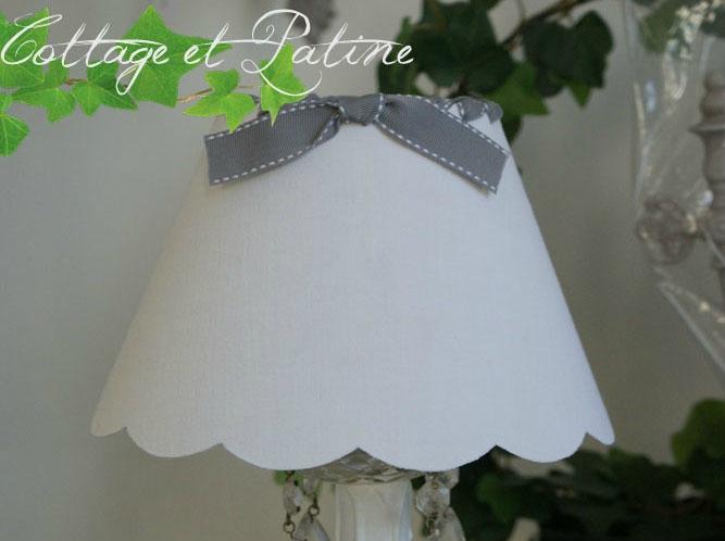 Cottage et Patine abat jour fait mains réf 3 blanc ruban selle gris orage large