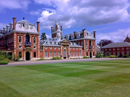800px_Wellington_College_South_Front
