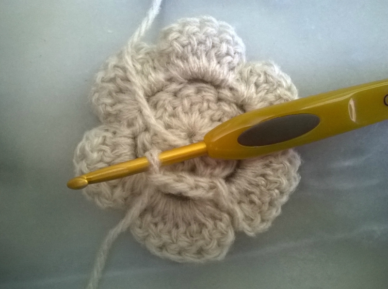 Grosse fleur - déco écharpe à la tresse (14)