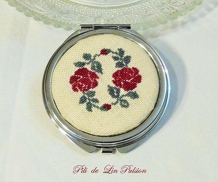 miroir rond brodé de roses