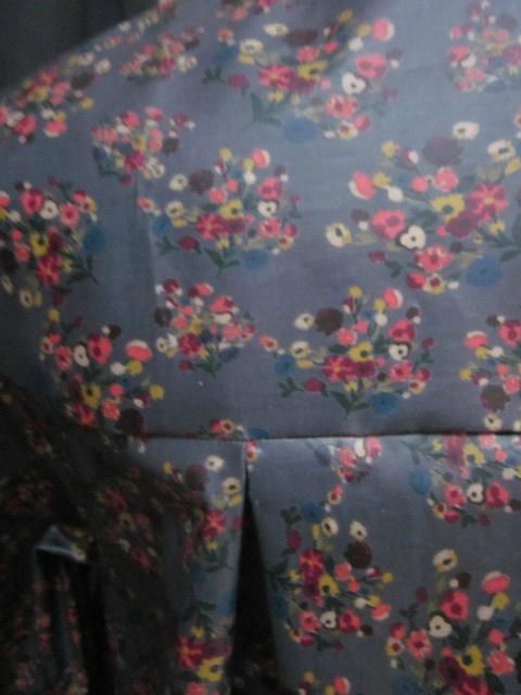 Ciré AGLAE en coton enduit gris fleuri fermé par 2 pressions dissimulés sous 2 boutons recouverts dans le même tissu (1)