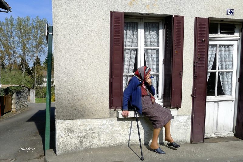 Femme assise fenêtre