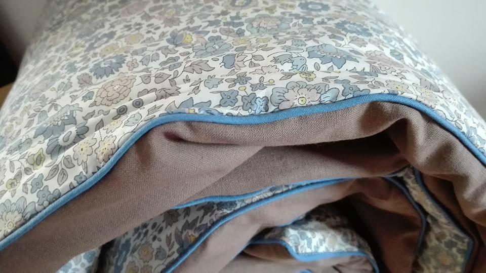 Plaid JULIE en Liberty d'Anjo bleu et beige, dos coton taupe et passepoill bleu