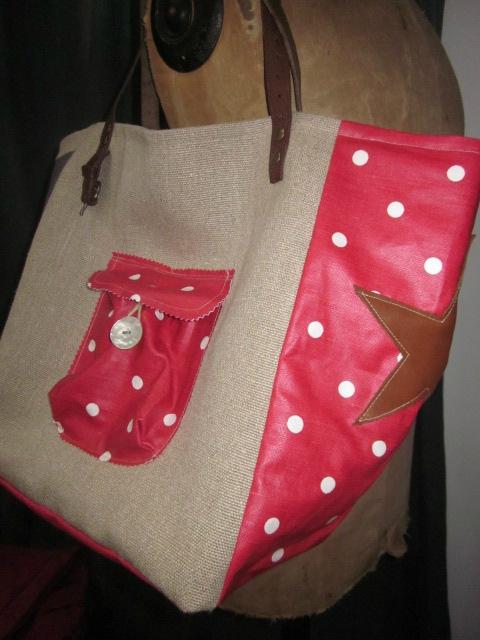 Sac cabas FELICIE n°7 en lin brut avec transfert champignons et coton enduit rouge à pois, fond et poches en coton enduit rouge, étoile de cuir fauve, sangle militaire en cuir (6)