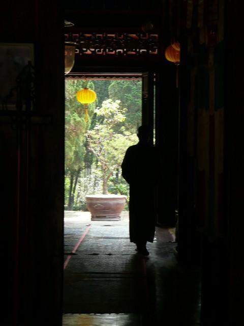 Un moine dans l'ombre... Hue