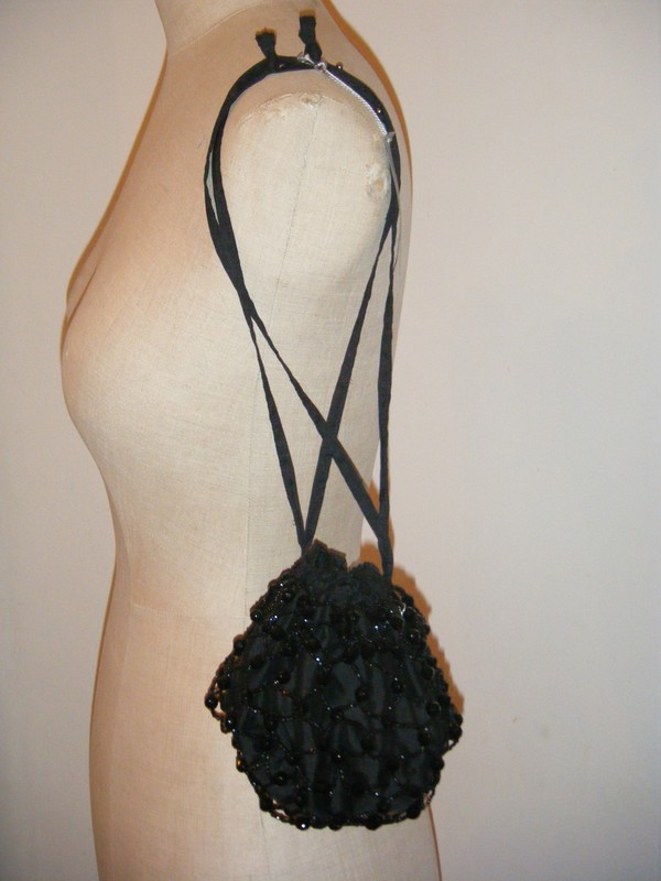 Soie sauvage, jais 1930, perles de bohême.