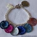 Bracelet sur chaîne métal, médailles en nacre gravées et médaille de Vierge à l'Enfant en nacre