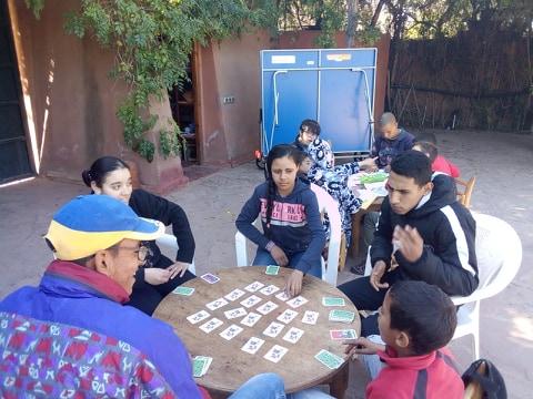 jeu de carte entre jeunes