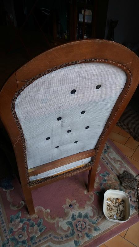 Dos du fauteuil une fois le tissu d'origine enlevé