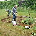 Fanch et Jean Pierre bêche un anneau de terre.
