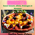 video - bruschetta à la sauce tomate, merguez, fromages et olives