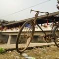 Vélo devant le pont de Qing Mu Chuan