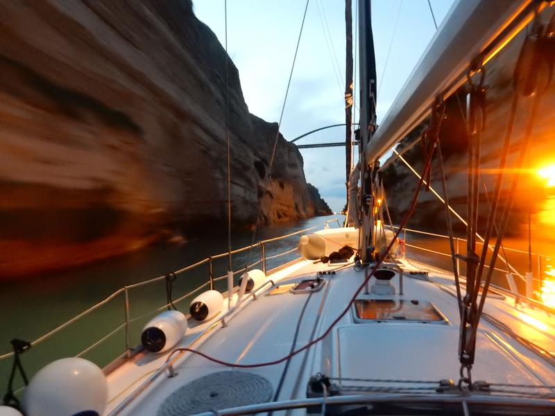Le canal de Corinthe de nuit, à bord du Bavaria 49 Hellas Fos, 281018 DSCN8557
