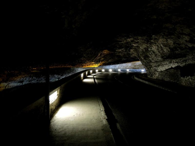 Le Mas d'Azil, dans la grotte, route