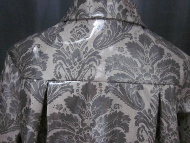 Ciré AGLAE en coton enduit gris imprimé baroque fermé par 2 pressions dissimulés sous de gros boutons recouverts (10)
