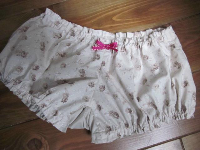 Culotte BIANCA en coton fleuri beige sur fond écru - Coton fleuri beige et coton uni beige dans le dos - noeud fushia devant et sur les fesses (2)