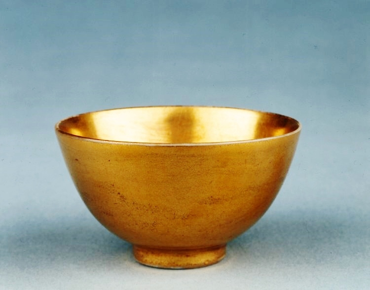 Cup with gold glaze, Qing dynasty, Yongzheng mark and period, AD 1723–1735, Jingdezhen, Jiangxi province. Porcelain with underglaze cobalt-blue mark, transparent and gold glazes, 3,6 x 6 cm. Sir Percival David Foundation of Chinese Art, PDF B598 © 2017 Tru