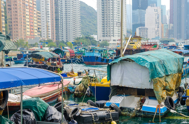 boats-and-boat-houses-at-aberdeen-floating-village-PAW21J