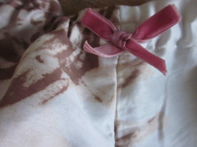 Culotte BIANCA en coton écru à grosses fleurs chocolat - noeud de velours rose (3)