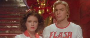 Dale Arden (Melody Anderson) et Flash (Sam J. Jones) dans de beaux draps