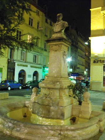 __298_Fontaine_Place_Meissonnier__1er_arrond_