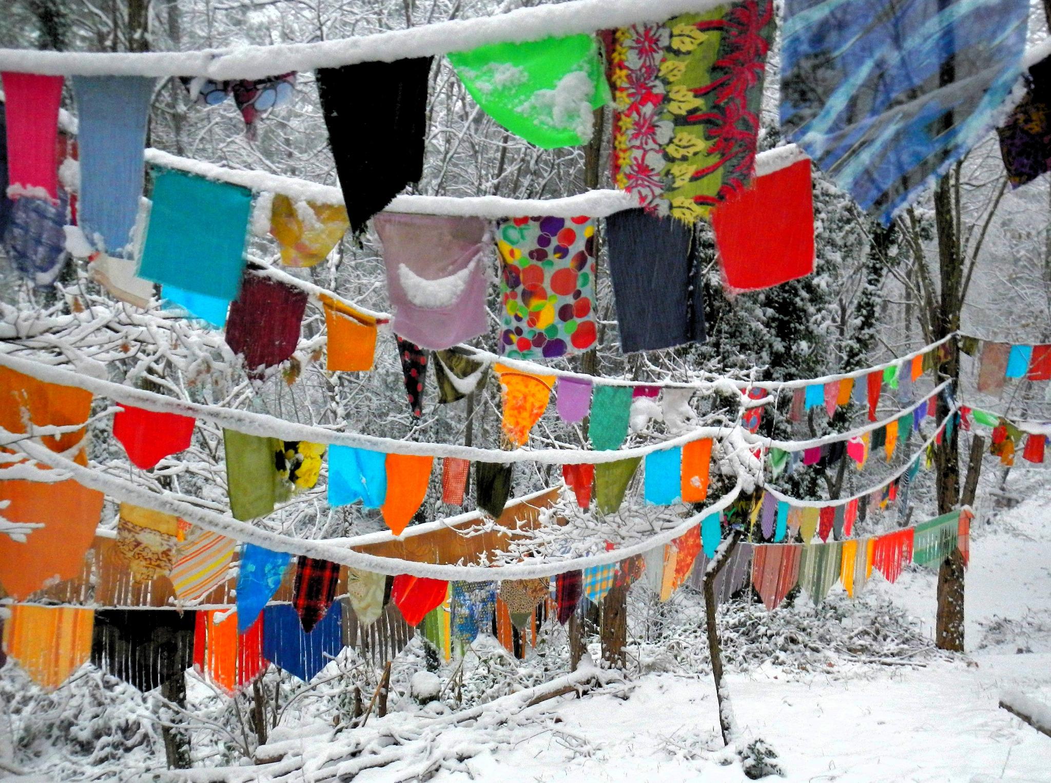 guirlandes de drapeaux sous la neige yurtao