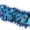Bracelet brodé de perles de rocaille et fleurs en polymère