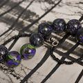 Boules noires et touches de vert et violet