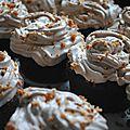 Cupcakes au chocolat, chantilly pralinée et noisettes