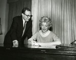 1958_marilyn_sign_contract_for_slih_3_2