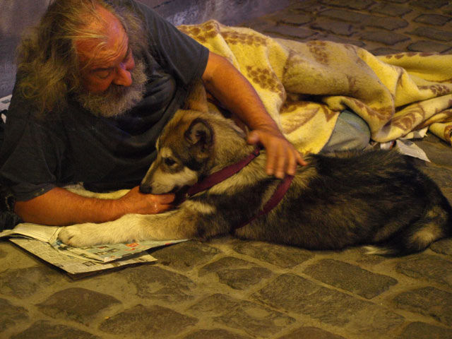 Le sdf et son chien . Photo Constance Perrin