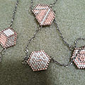 Collier motif hexagonal