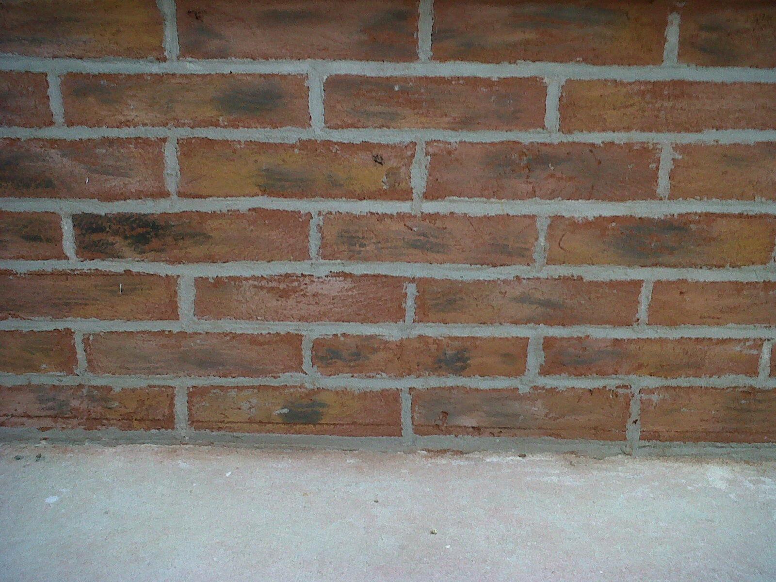 Fausses briques jointées et patinées