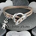 Bracelet enfant ou femme cuir rond beige métallisé et breloque petite fille