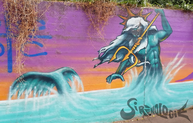 street art Massy - fonds marins, triton à couronne et trident, vague de surf - gros plan avec queue de poisson