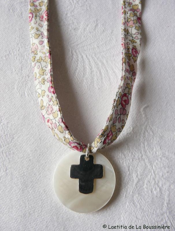 Collier de Communion sur ruban ; Croix 17 mm - 36 €