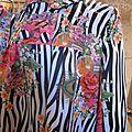 Manteau EDITH en polyester zébré imprimé fleurs et plumes de paon - Doublure de satin noir (3)