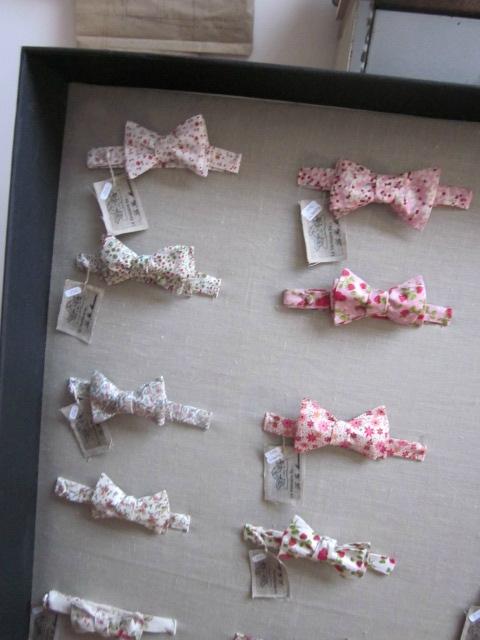 Véritables noeuds papillon - un présentoire tel un joli cabinet de curiosités (2)