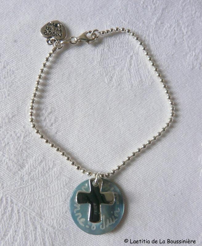 Bracelet perles argent fine médaille en nacre et Croix 16 mm en argent massif