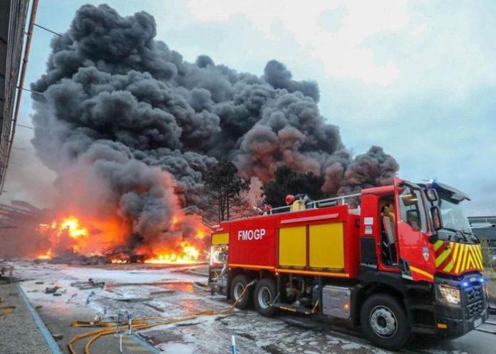incendie_rouen_feu_fumee_pompiers-696x497