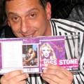 Franck Riahi tient l'album de Joss Stone