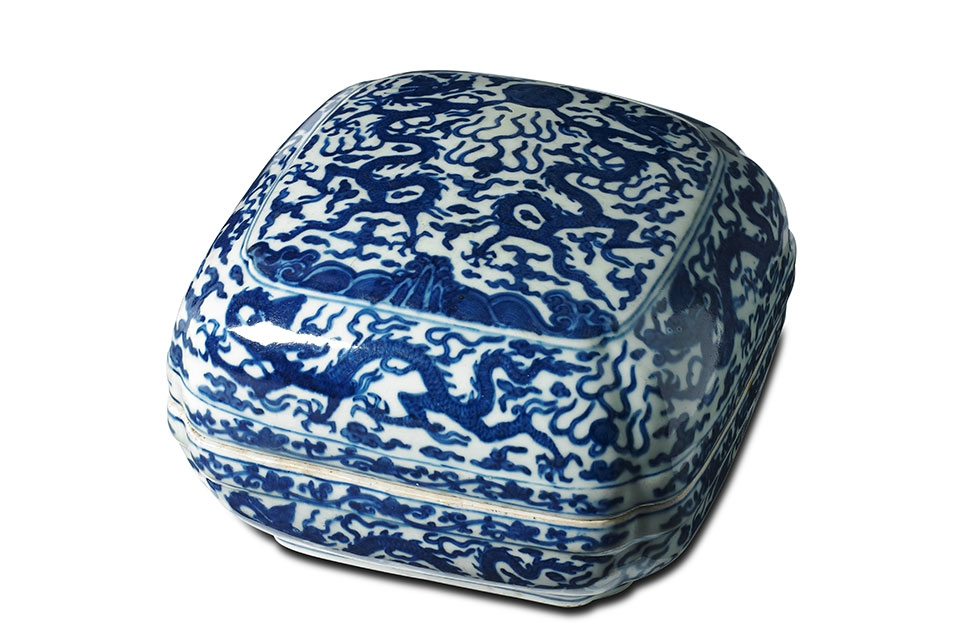 A Chinese blue-and-white 'dragon' box and cover, Wanli six-character mark to base, 16.3cm high, 23.8cm wide, 23cm deep. Estimate AU$1000-$2000. Sold for AU$ 146,400 (€101,631). Photo Bonhams