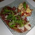Petite assiette de bressaola et salade de tomates à la mozzarella