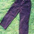pantalon en toile, violet foncé avec broderie sur une jambe, il est nickel excepté une petite tâche de peinture jaune ( voir sur la photo jointe)