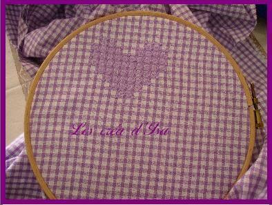 coeur_violet_broderie_suisse_de_loin