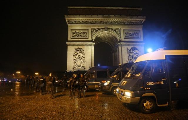 640x410_encore-affrontements-entre-emeutiers-crs-abords-arc-triomphe-samedi-soir